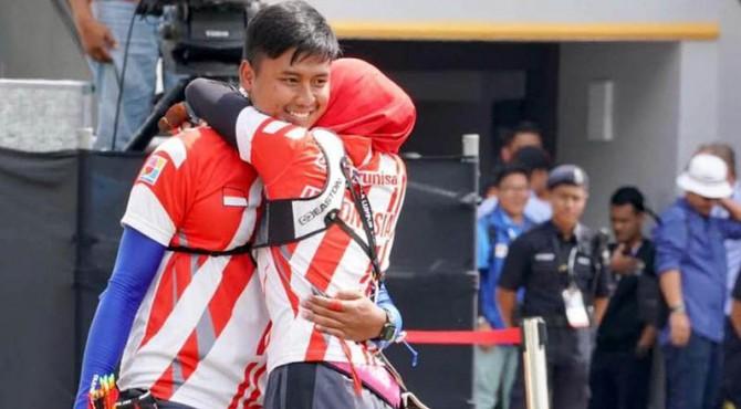 Ekpresi duet atlet panahan setelah meraih emas di SEA Games 2017.