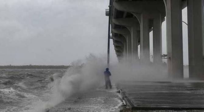 Penampakan angin kencang akibat topan Dorian di perairan Florida, Amerika Serikat.