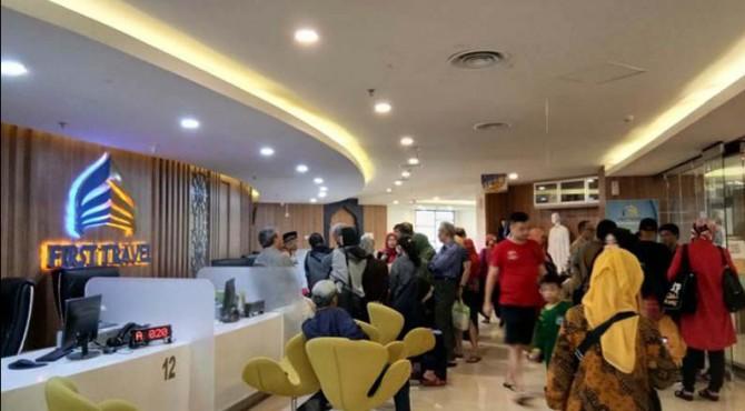 Jamaah First Travel mendatangi kantor pusatnya di Jakarta.