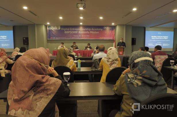 Ibrar Samekto memberikan pemaparan di hadapan 70 peserta.