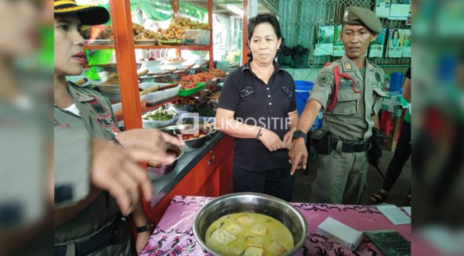 Satpol PP Padang melakukan operasi rutin terkait warung-warung yang buka siang hari di bulan Ramadan