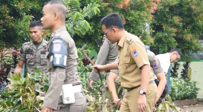 Wawako Payakumbuh saat membersihkan puing-puing pohon di MAN 2 Payakumbuh, Senin 29 Juli 2019.