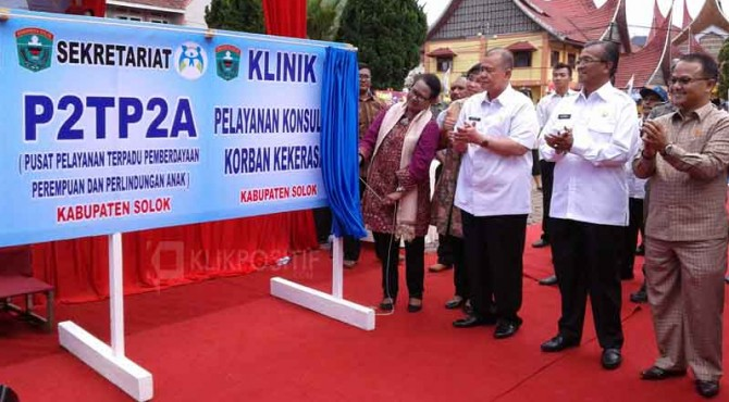 Mentri PPPA, Yohana Yambise dihadapan Wagub, Bupati dan Ketua DPRD meresmikan sekretariat P2TP2A dan Klinik konsultasi korban kekerasan Kabupaten Solok.
