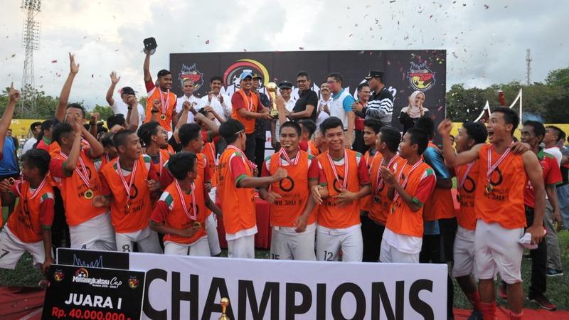 Penyelarahan medali dan bonus kepada Kecamatan Talawi yang berhasil juara dalam Minangkabau Cup