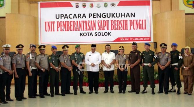 Walikota Solok, Zul Elfian bersama dengan jajaran tim Satgas Saber Pungli Kota Solok.