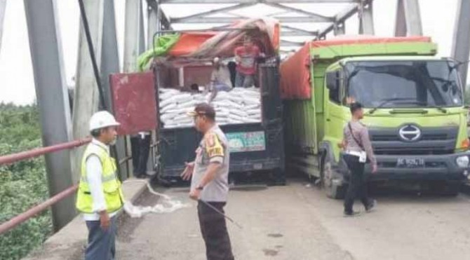 Proses evakuasi truk dari jembatan yang jebol di Mesuji, Lampung, Senin (17/6/2019)