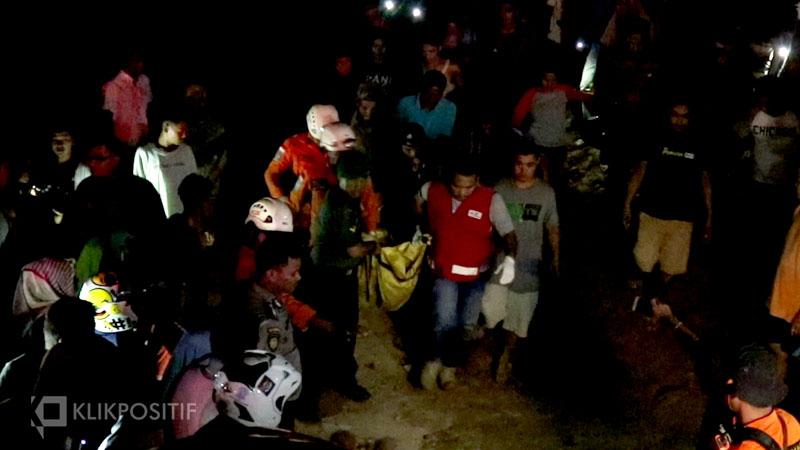 Evakuasi korban oleh Tim SAR