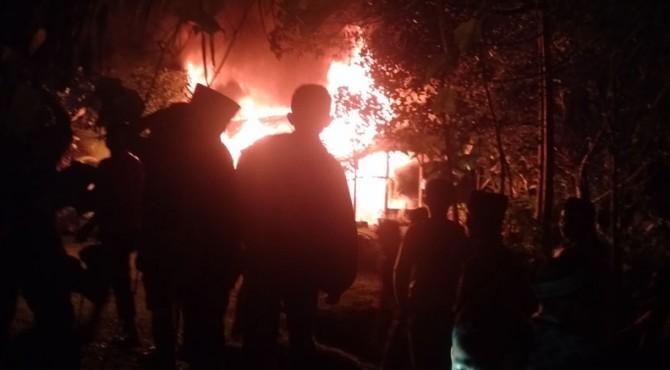Api membakar rumah Jasri di Solok Selatan.