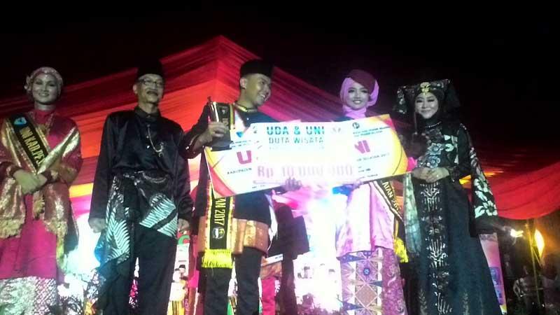 Uda-Uni Duta Wisata Pessel 2017 yang terpilih pada malam penutupan Festival Langkisau