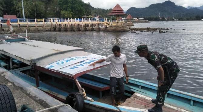 Danpos AL Painan, Pelda, Iwan saat mengecek keterdian alat pelampung pada kapal wisata di Carocok Painan