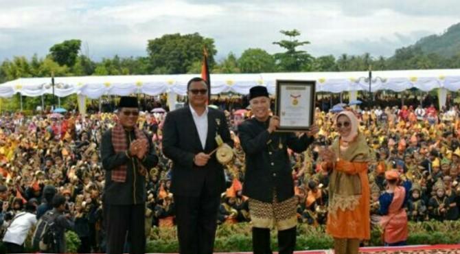 Bupati Irdinansyah Tarmizi menerima rekor MURI atas pagelaran Seni Talempong Pacik terbanyak.