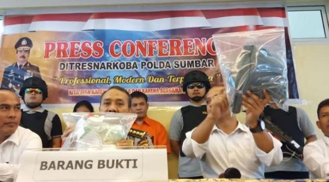konferensi pers di Polda Sumbar, Senin 29 April 2019 mengatakan bahwa tersangka merupakan pengedar di daerah Sumatera Barat.