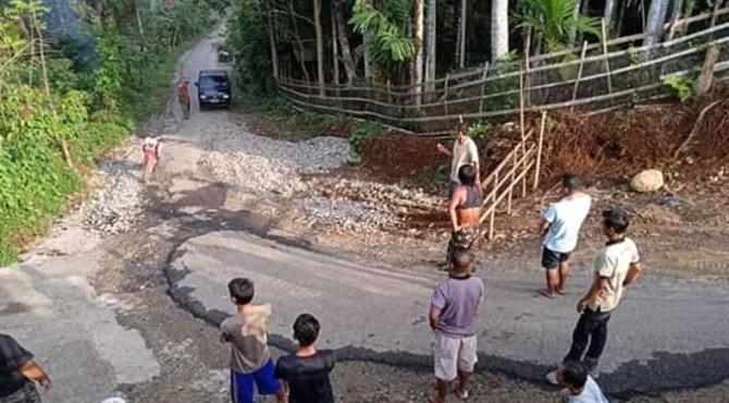 Jalan yang rusak akibat dilalui kendaraan berat