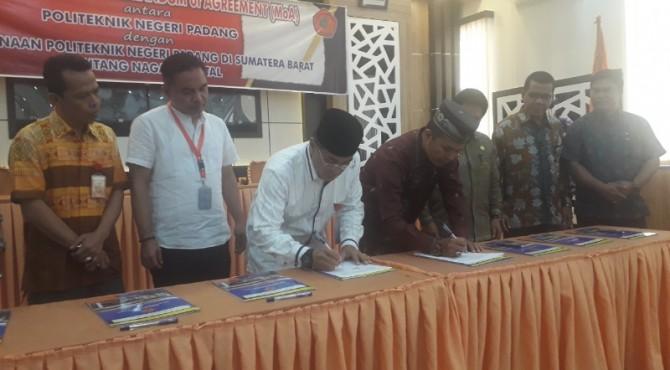 Direktur PNP, Surfa Yondri  (tiga dari kiri) meneken notabkesepakatan dengan Wali Nagari tentan Nagari Digital di Ruang Pertemuan  PNP,  Jumat 5 April 2019