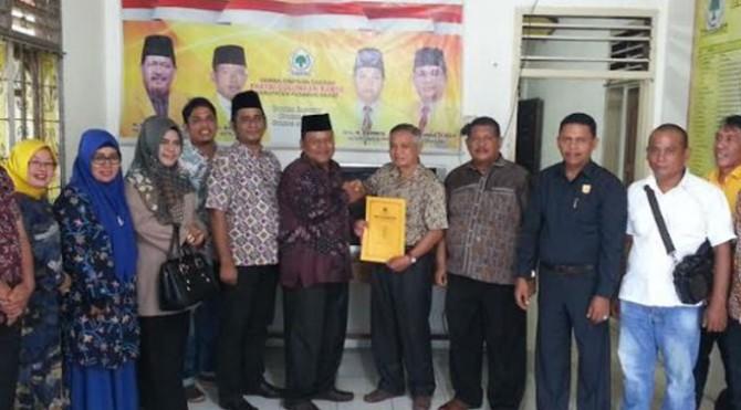 Alamsyah Dt Marajo (berpeci) saat pengembalian formulir pendaftaran ke Ketua Pansel Penjaringan Balon Kepala Daerah di Partai Golkar.