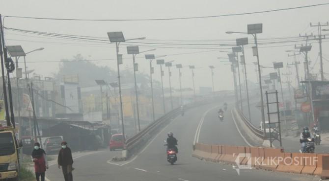 Kabut asap pekat di kawasan fly over Jalan Bypass Bukittinggi sekitar pukul 09.30 WIB, Senin (23/09/2019)