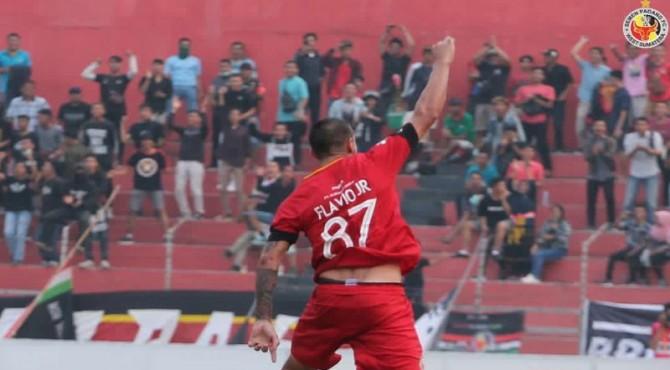 Selebrasi Flavio Beck Junior usai mencetak gol.