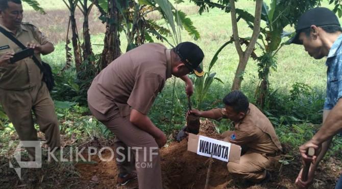 Wali Kota Payakumbuh saat melakukan penanaman pohon aren, Senin (2/12).