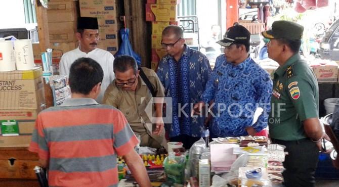 Wawako Solok Reinier bersama BPOM Sumbar menemukan bahan pangan yang tak layak konsumsi di salah satu toko di Kota Solok