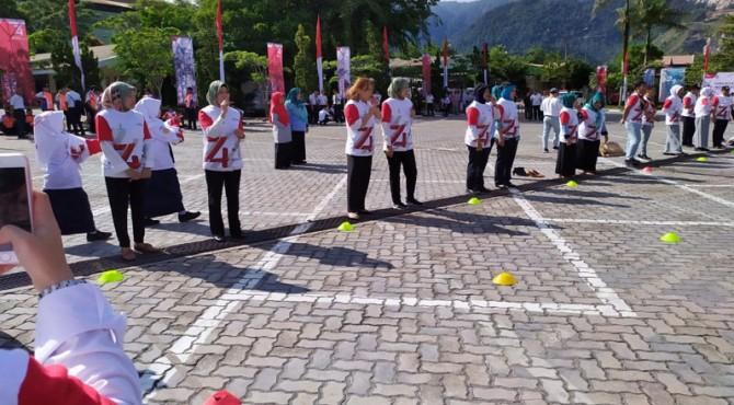Peserta lomba balap bola pimpong tampak bersiap dalam menunggu instruksi dalam lomba khas 17 Agustus di pelataran parkir PT Semen Padang, Sabtu (17/8)