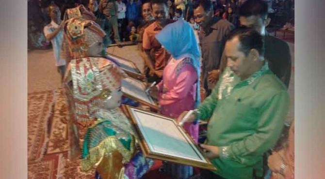 Wakil Walikota Solok, Reinier membuat design motif batik secara simbolis.