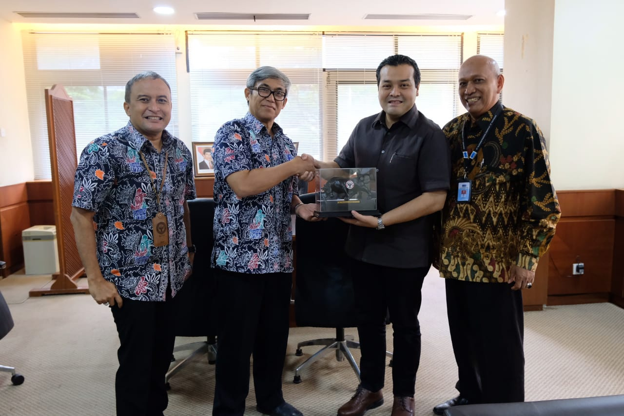 Direktur SDM & Pengembangan Bisnis PT Sucofindo, Rozainbahri Noor�(dua dari kanan) menyerahkan cindwramata kepada Direktur Operasi PT Semen Padang, Firdaus.