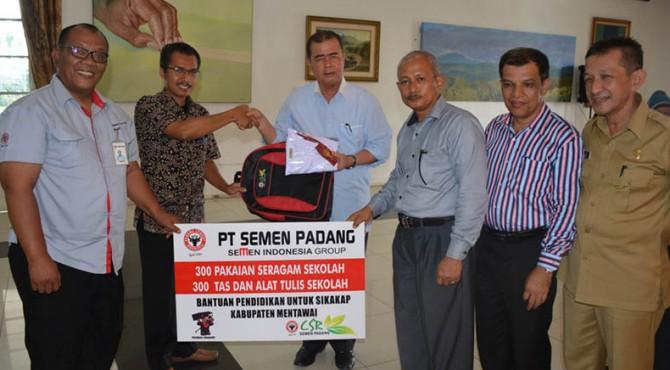 Kepala Biro CSR PT Semen Padang, Dasril (baju batik) menyerahkan secara simbolis bantuan pendidikan untuk Mentawai kepada Wakil Gubernur Sumbar, Nasrul Abit