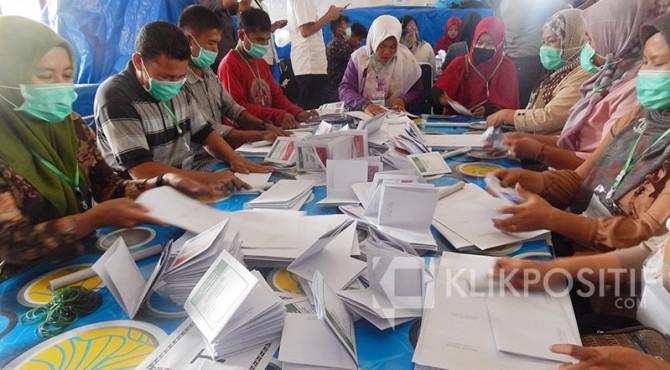 Proses pelipatan surat suara di Lantai II KPU Kota Payakumbuh, Rabu 13 Maret 2019.