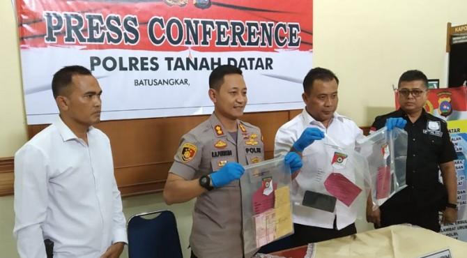 Kapolres Rokhmad didampingi Kasat Reskrim Purwanto melihatkan barang bukti kasus Tipikor