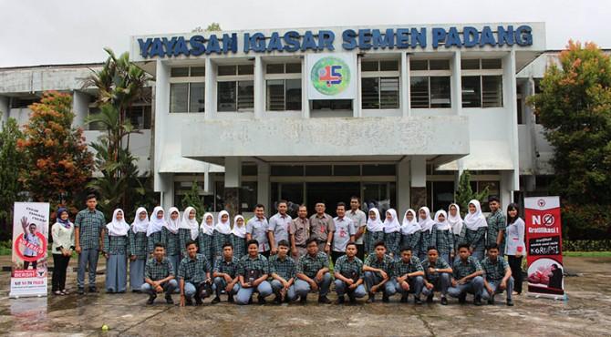Foto bersama siswa SMA Semen Padang dengan Biro GCG/MR Semen Padang setelah kegiatan sosialisasi anti korupsi di sekolah