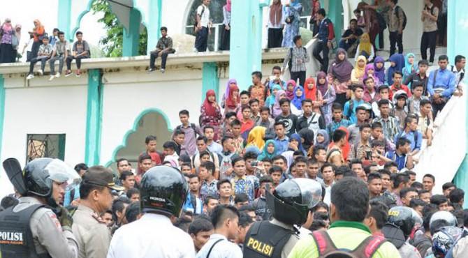 Aksi unjuk rasa mahasiswa IAIN Imam Bonjol Padang, Senin, 11 April 2016.