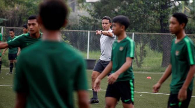 Pelatih Kepala tim nasional U-16 Bima Sakti (Tengah) memberikan arahan saat sesi latihan perdana di Lapangan NYTC, Sawangan, Depok, Jawa Barat, Senin (13/5/2019). Tim nasional U-16 disiapkan untuk bermain dalam turnamen AFF U-16 pada 27 Juli 2019, dalam grup A bersama Myanmar, Vietnam, Timor-Leste,