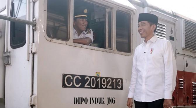 Presiden Jokowi saat menyampaikan pesan Idulfitri 1440 Hijriah di Stasiun Pasar Senen, Jakarta.