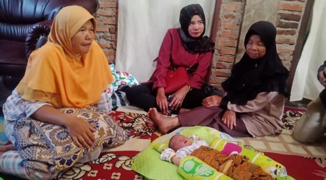 Dewi Rosnita (Jilbab Kuning)