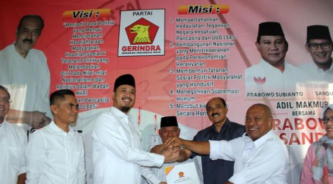 Erman Safar menyerahkan berkas pendaftaran ke DPC Partai Gerindra Bukittinggi, Kamis (07/11/2019)