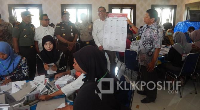 Wali Kota Payakumbuh, Riza Falepi dan Ketua KPU Haidi Mursa menunjukkan salah satu surat suara yang rusak, Rabu (13/3).