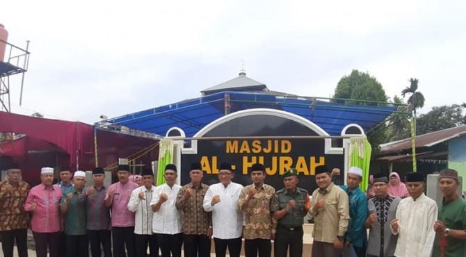 Foto bersama usai peresmian Masjid Al-Hijrah di Wisma Bumi Lestari Indah