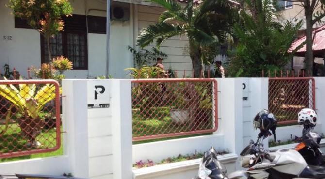 penggeledahan di rumah salah satu rumah warga yang ada di Kota Padang, pada Kamis 25 April 2019.
