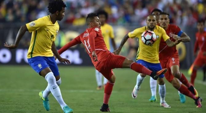Dani Alves Berusaha Melewati Pemain Peru