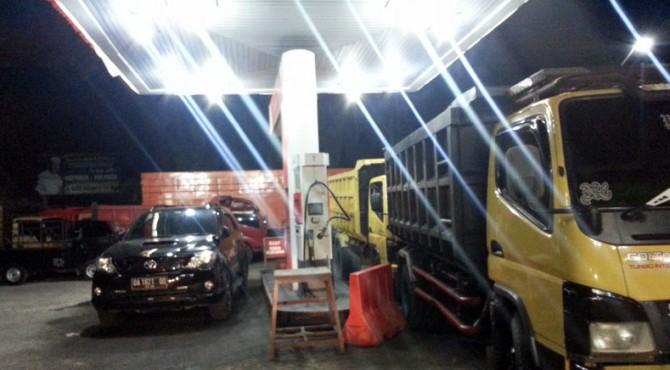 Antrean kendaraan di SPBU Batang Toman, Kecamatan Pasaman untuk mendapatkan BBM bersubsidi