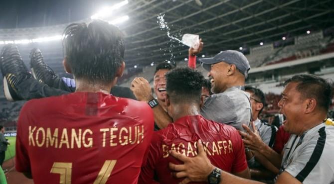 Fakhri Husaini digotong bersama-usai usai Timnas Indonesia U-19 bermain imbang dengan DPR Korea dan memastikan lolos ke Piala Asia U-19 2020