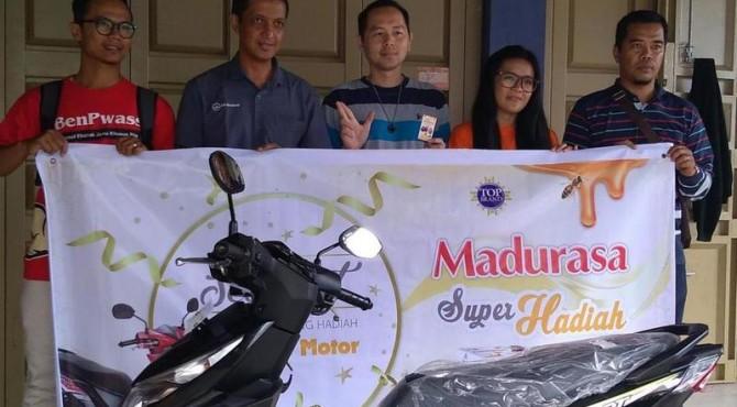 Pemenang program super hadiah Madurasa bersama Area Sales Head Sumatera PT Madurasa, Luthfi Yoesoef.