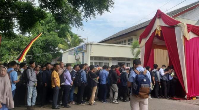 Para pencari kerja antrian saat job fair