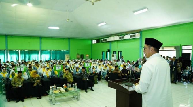 Menag menyampaikan pesan kepada jemaah haji kloter pertama Embarkasi Surabaya di Asrama Haji Sukolilo