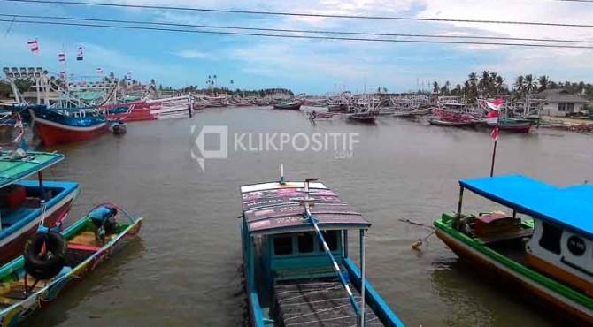 Puluhan kapal nelayan di Pantai Samudera, Pessel tidak melaut karena cuaca ekstrem.