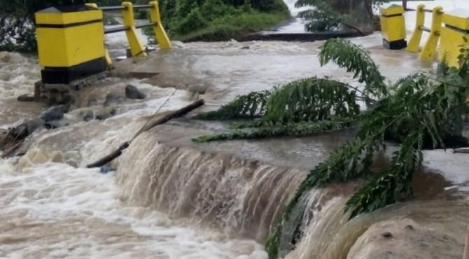 Jembatan penghubung di Cacang Randah terendam banjir
