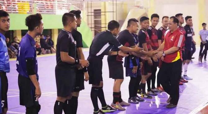 Wakil Walikota Solok, Reinier bersalaman dengan para peserta turnamen Futsal Solok Kota Beras Cup Season 2