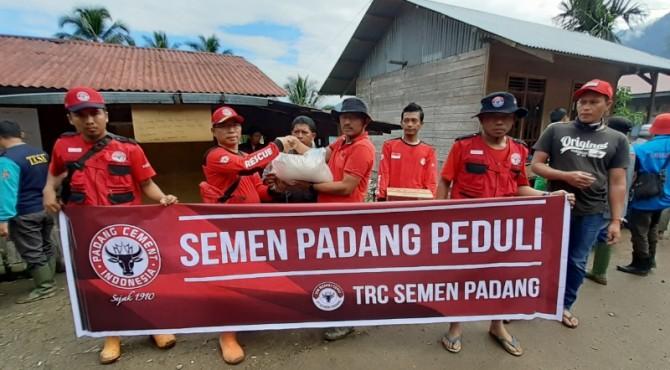 Koordinator lapangan TRC Semen Padang untuk bencana Galodo Jorong Gelapung, Nagari Tanjung Sani, Kecamatan Tanjung Raya Agam, Ismail, menyerahkan bantuan logistik dari Semen Padang kepada Walinagari Tanjung Sani Maizon.
