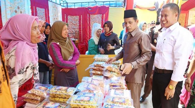 Wawako meninjau produk UMKM, selain bahan sembako yang ada di Bazar Ramadan dan Pasar Murah