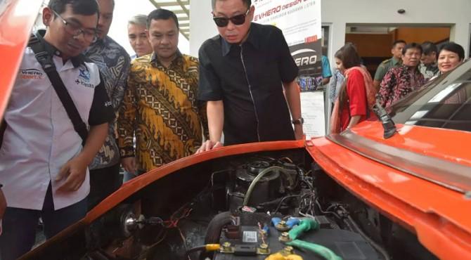 Menteri ESDM Ignasius Jonan amati mesin mobil listrik
